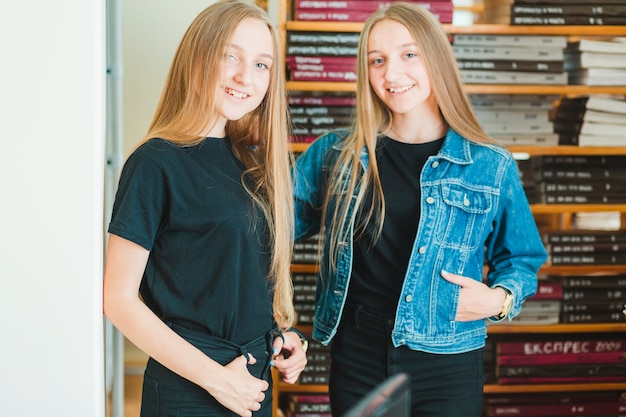 Adolescentes alegres na biblioteca