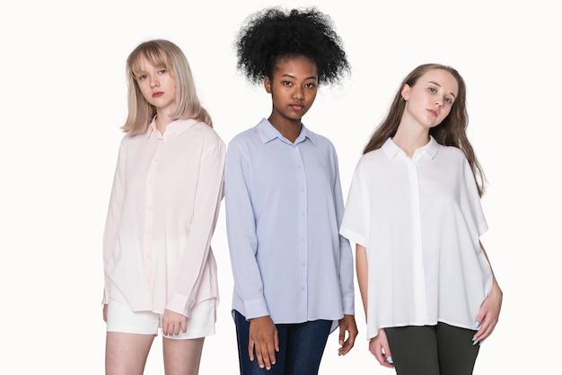 Adolescentes com camisetas coloridas para sessão de fotos de moda básica para jovens