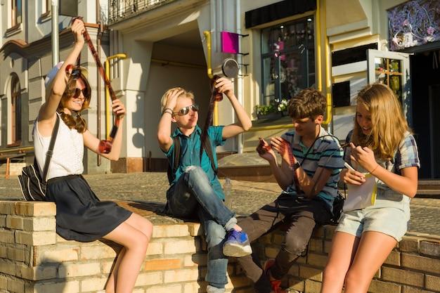 Adolescentes com interesse assistindo a negativos de fotos de filmes