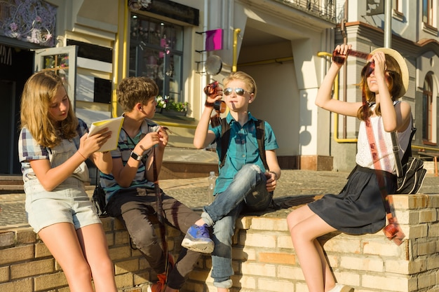 Adolescentes com interesse e surpresa assistindo negativos de fotos de filmes