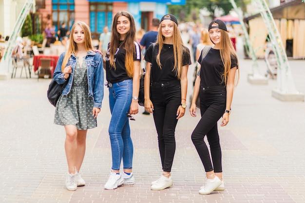 Adolescentes, com, mochilas, olhando câmera