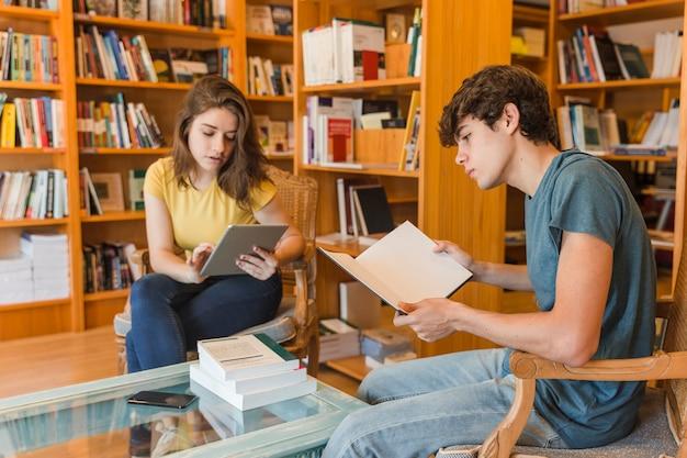 Adolescentes, com, tabuleta, e, livro, estudar