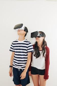Adolescentes curtindo realidade virtual