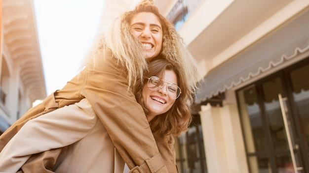 Adolescentes de close-up sorrindo
