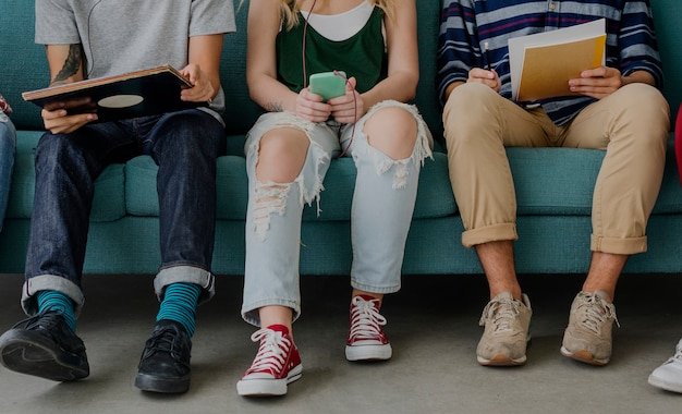 Adolescentes de diversidade estudantes relaxam o conceito de equipe