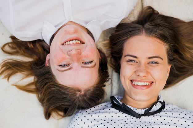 Adolescentes de smiley vista superior, olhando para a câmera