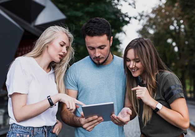 Adolescentes de vista frontal, olhando em um tablet