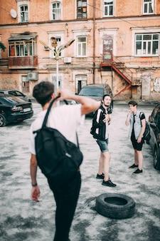 Adolescentes descuidados saem juntos depois da escola. estilo de vida dos jovens de rua urbana. conceito de amizade, comunicação, lazer, tempo livre