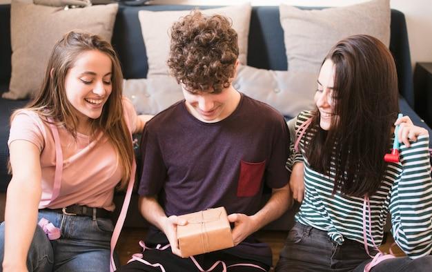 Adolescentes, desembrulhando, caixa presente