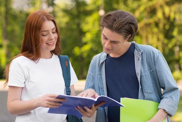 Adolescentes discutindo projetos universitários