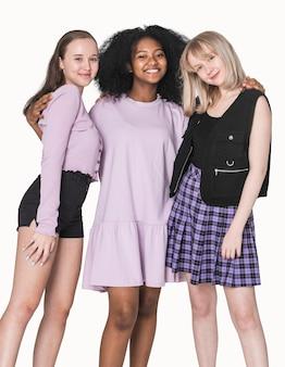 Adolescentes elegantes em um ensaio fotográfico de moda grunge com roupa roxa