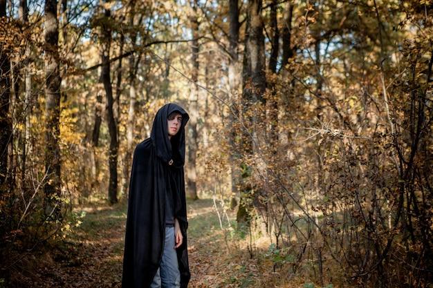 Adolescentes em fantasias de halloween na floresta. vampiro de halloween na floresta