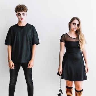 Adolescentes em roupas pretas e maquiagem assustadora