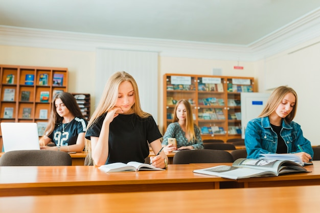 Adolescentes fazendo anotações em sala de aula