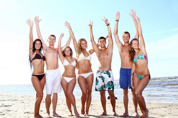 Adolescentes felizes brincando no mar