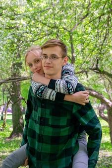 Adolescentes felizes e sorridentes, irmão e irmã, brincando no parque