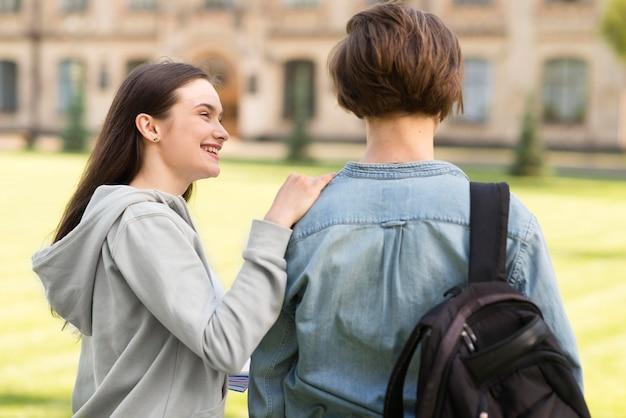 Adolescentes felizes em se reunir na universidade