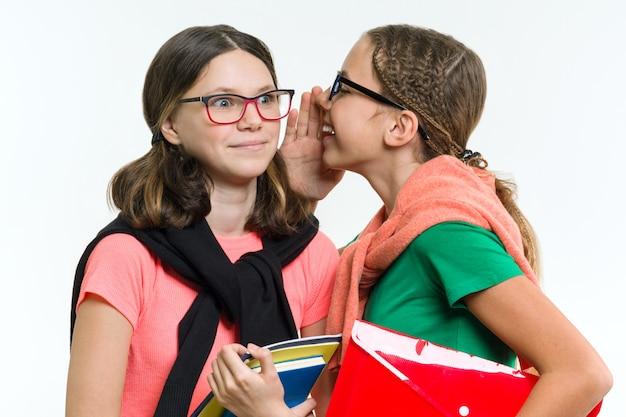 Adolescentes felizes, falam e segredo.
