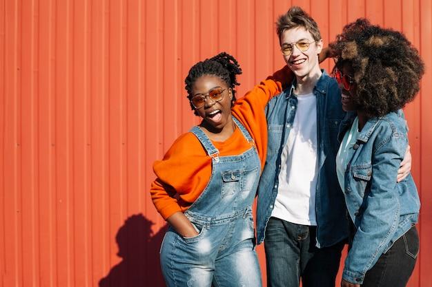 Adolescentes felizes posando juntos ao ar livre