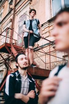 Adolescentes imprudentes em busca de problemas. estilo de vida dos jovens de rua urbana. conceito de amizade para homens, lazer, tempo livre