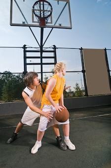 Adolescentes jogando basquete