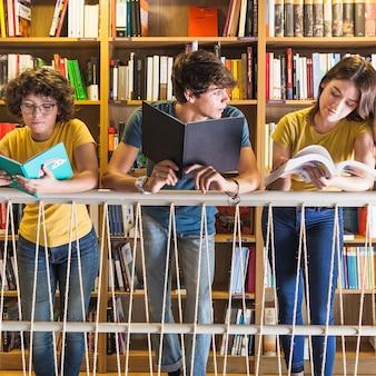 Adolescentes, leitura, perto, trilhos, em, biblioteca
