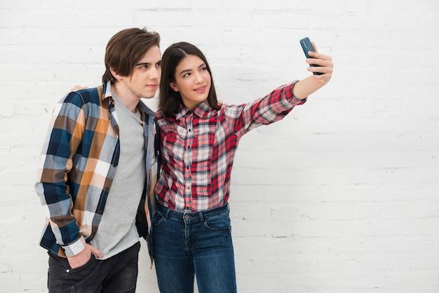 Adolescentes, levando, um, selfie
