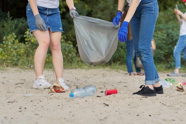 Adolescentes, limpeza de lixo plástico na natureza, margem do rio