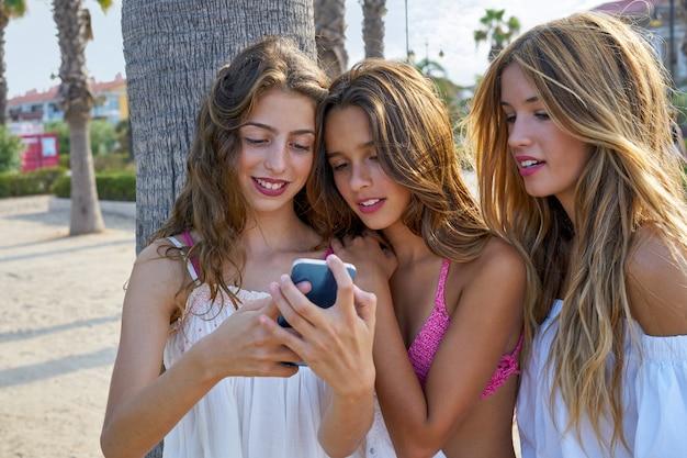 Adolescentes melhores amigos meninas jogam com smartphone
