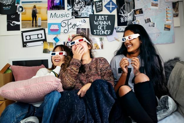 Adolescentes, meninas, desgastar, filme 3d, óculos, desfrutando, rir, e, tv assistindo