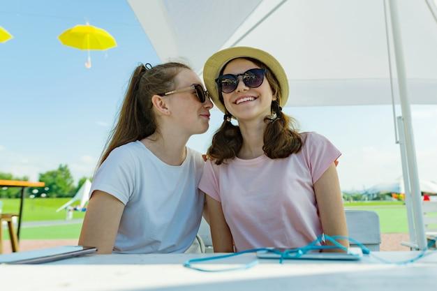 Adolescentes meninas se divertindo, conversa, segredo, rir