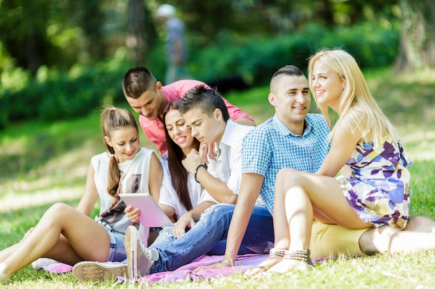 Adolescentes no parque com tablet