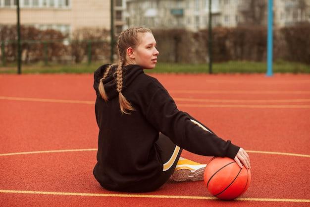 Adolescentes posando no campo de basquete