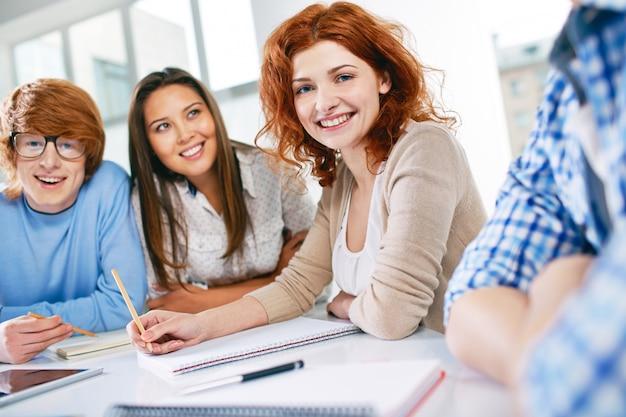 Adolescentes que escolhem ideias para o projeto