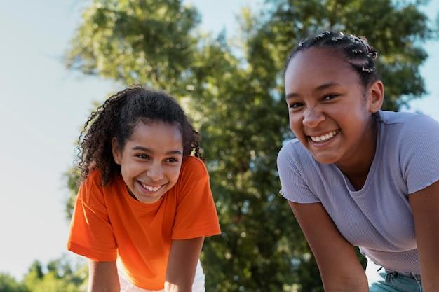 Adolescentes se divertindo no verão