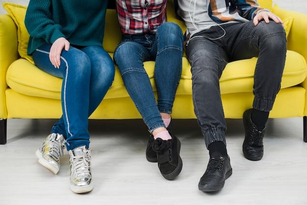 Adolescentes, sentando, junto