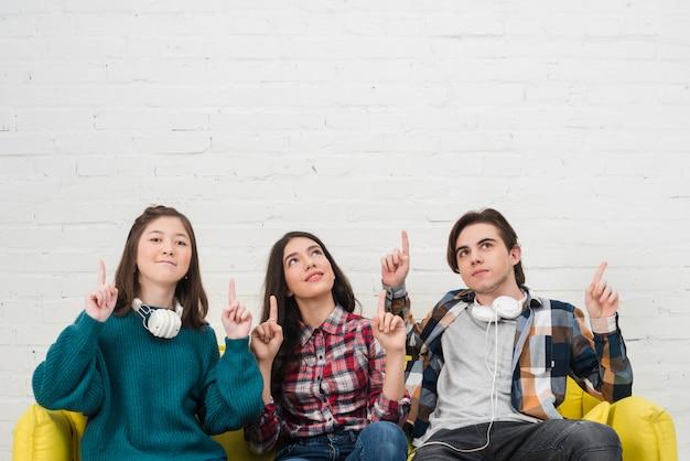 Adolescentes, sentando, ligado, um, sofá