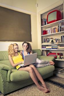 Adolescentes surfando na internet em casa