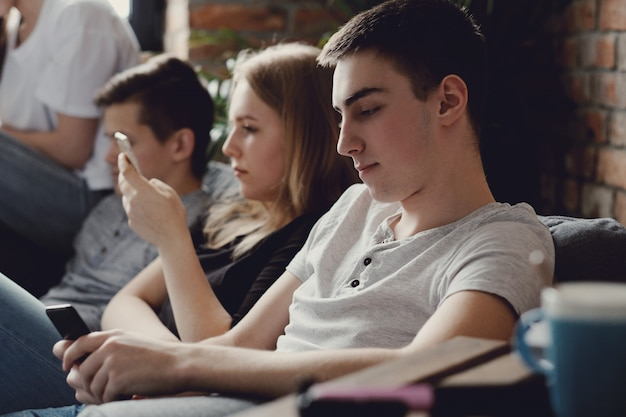 Adolescentes usando telefones móveis usando telefones móveis