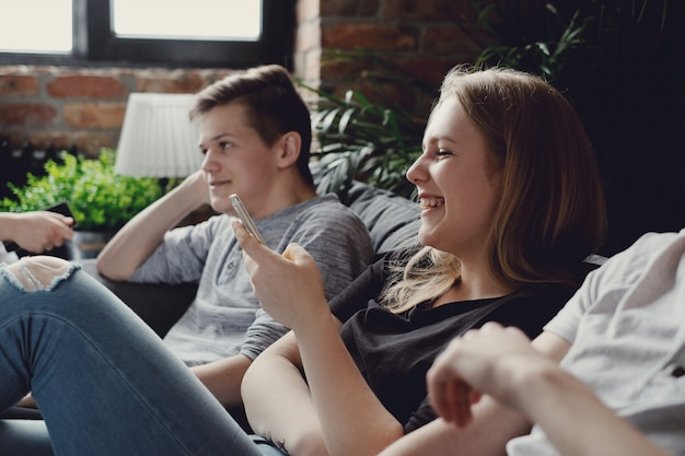 Adolescentes usando telefones móveis