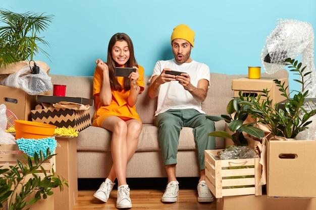 Adolescentes viciados focados em smartphones, obcecados por jogar videogame