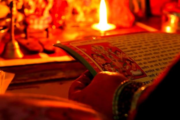 Adoração a deus no templo doméstico indiano