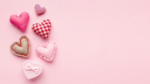 Adoráveis corações no fundo rosa com espaço de cópia