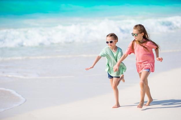 Adoráveis crianças brincam juntos na praia
