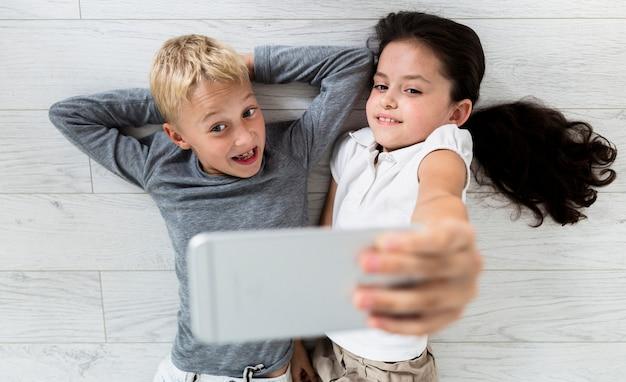 Adoráveis criancinhas tomando um selfie