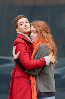 Adoráveis jovens mulheres abraçando