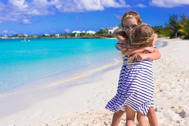 Adoráveis meninas aproveitando as férias de verão na praia