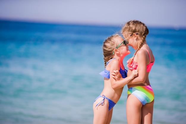 Adoráveis meninas durante as férias de verão. as crianças gostam de viajar em mykonos