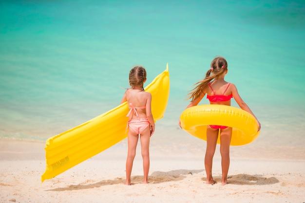 Adoráveis meninas durante as férias de verão