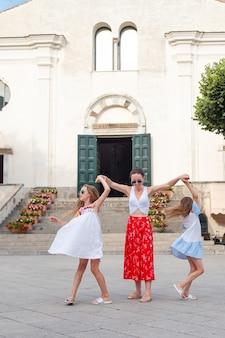 Adoráveis meninas e jovem mãe se divertir